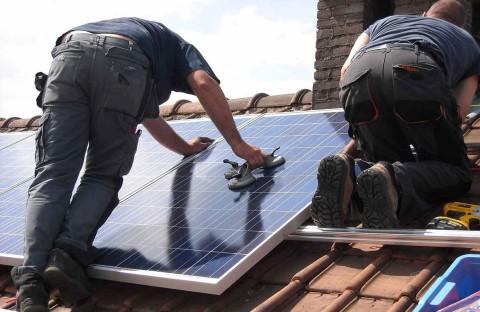 Installing solar panels in Wekerle (c)Green Globe Festival